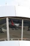 Spiegelung einer Airberlin-Maschine im Fenster des Towers