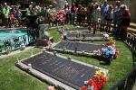 Die Gräber der Familie Presley im Garten des Hauses in Graceland