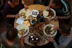 Traditionelles tschechisches Essen im Brauhaus (rechts Gulasch)