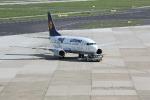 Eine Maschine von Lufthansa wird in die Parkposition gezogen
