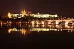 Nächtlicher Blick auf Karlsbrücke, Dom und Burgkomplex